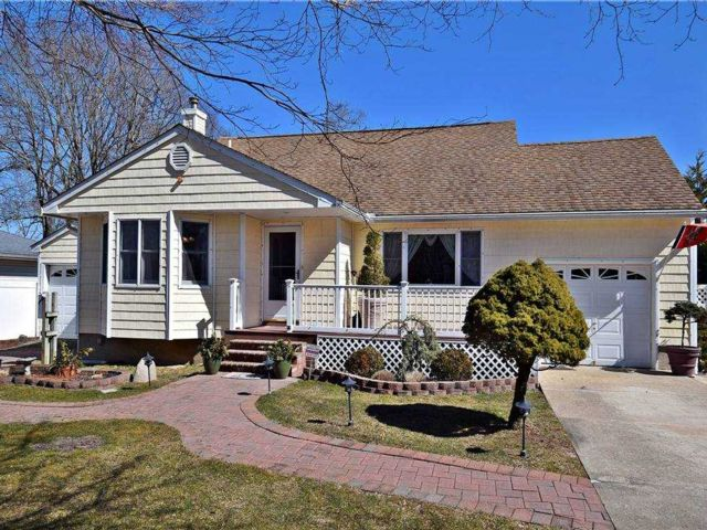 4 BR,  3.00 BTH Splanch style home in Shirley
