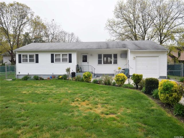 4 BR,  2.00 BTH Exp ranch style home in Shirley
