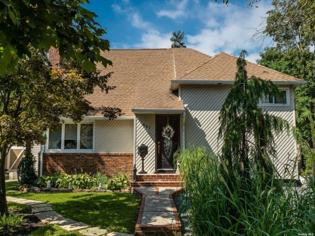 3 BR,  2.00 BTH Split level style home in Lynbrook