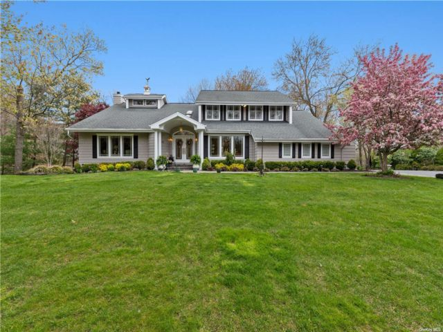 5 BR,  5.00 BTH Contemporary style home in Huntington