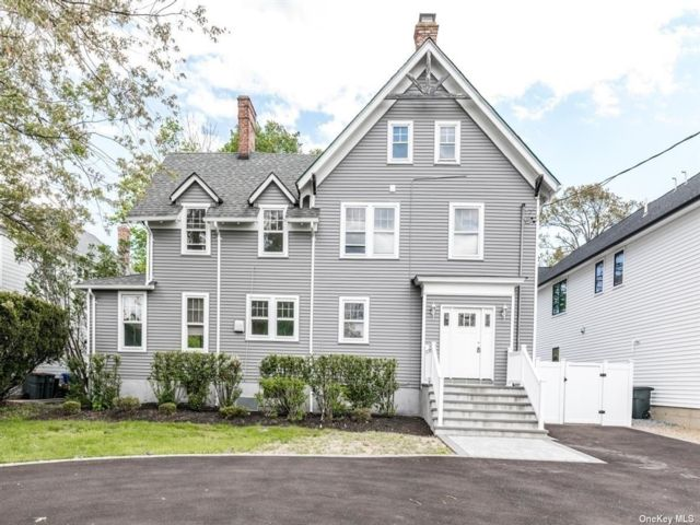 6 BR,  4.00 BTH  Colonial style home in Merrick