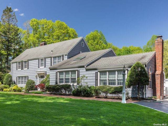 5 BR,  4.00 BTH Colonial style home in Laurel Hollow