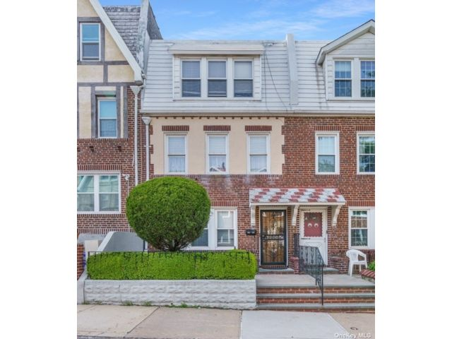 4 BR,  3.00 BTH Townhouse style home in Astoria