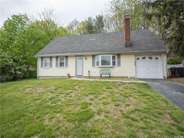 4 BR,  2.00 BTH Cape style home in Farmingville