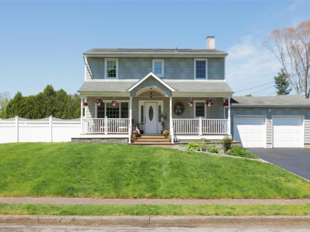 4 BR,  2.00 BTH  Colonial style home in Centereach