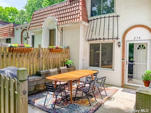 2 BR,  2.00 BTH  Townhouse style home in Coram