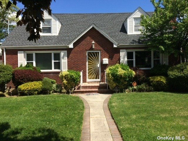 6 BR,  2.00 BTH Cape style home in Hempstead