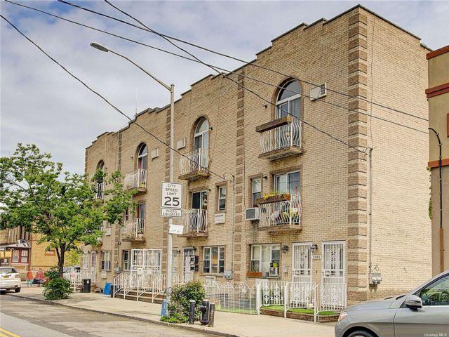 4 BR,  4.00 BTH Duplex style home in Ridgewood