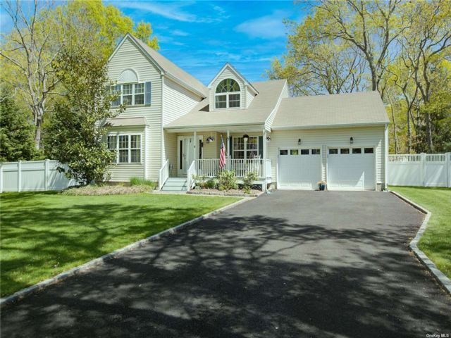 3 BR,  3.00 BTH Colonial style home in Eastport