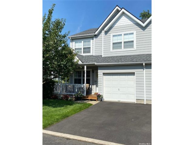 2 BR,  3.00 BTH Townhouse style home in Central Islip