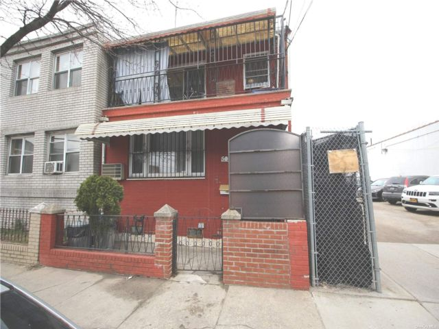 6 BR,  4.00 BTH 2 story style home in Woodside