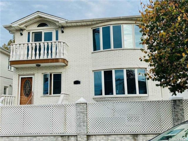 3 BR,  2.00 BTH Apt in house style home in Little Neck