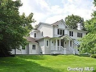 4 BR,  4.00 BTH Colonial style home in Woodsburgh