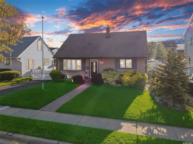 4 BR,  1.00 BTH Cape style home in Wantagh