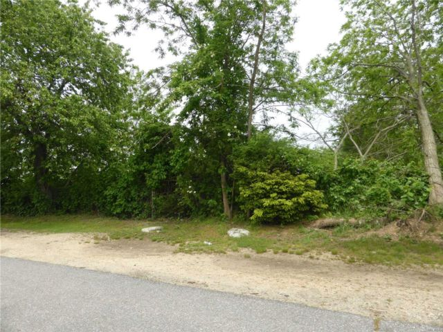 Lot <b>Size:</b> 125 x 100 Land style home in East Farmingdale