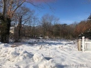Lot <b>Size:</b> 0.92 Land style home in Selden