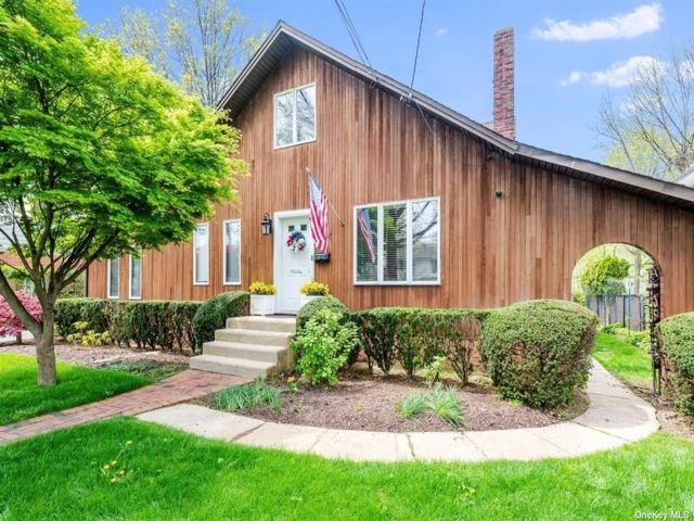 5 BR,  2.00 BTH Contemporary style home in East Rockaway