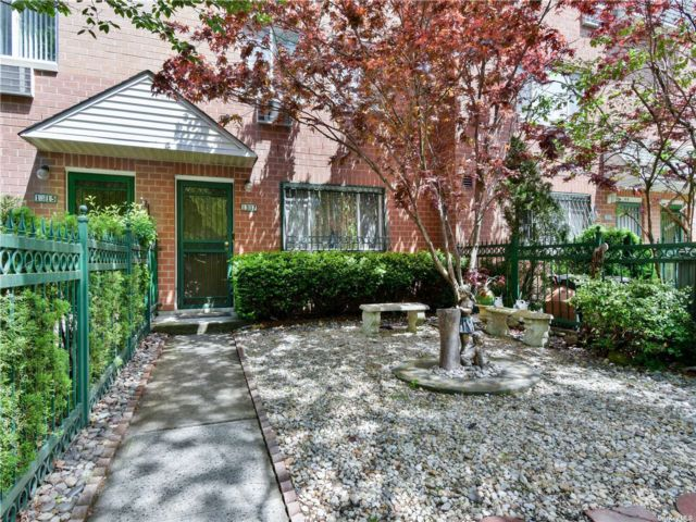 5 BR,  3.00 BTH Colonial style home in Astoria