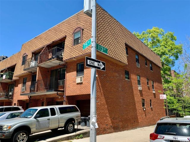 10 BR,  7.00 BTH Colonial style home in Forest Hills