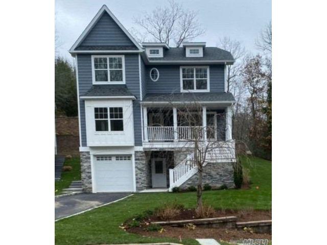 4 BR,  4.00 BTH Victorian style home in Port Jefferson Village