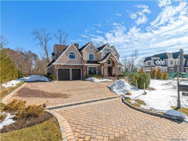 5 BR,  9.00 BTH Colonial style home in Muttontown