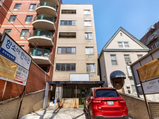 3 BR,  2.00 BTH Mid rise style home in Flushing