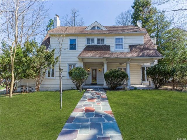 6 BR,  4.00 BTH Colonial style home in Great Neck