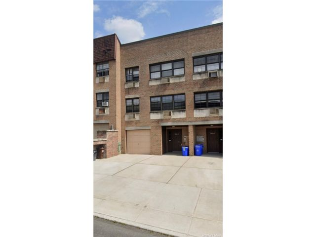 3 BR,  2.00 BTH Other style home in Douglaston