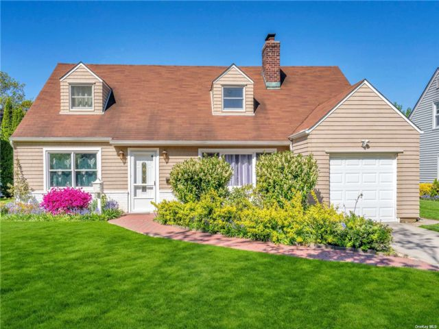 4 BR,  2.00 BTH Exp cape style home in Garden City