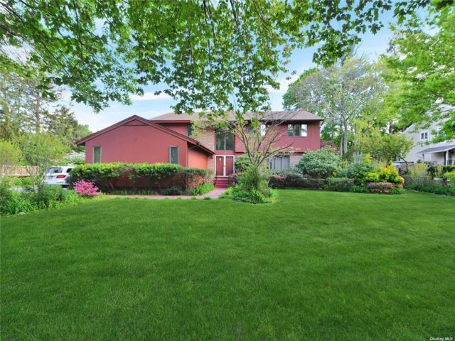 5 BR,  3.00 BTH Colonial style home in Manhasset