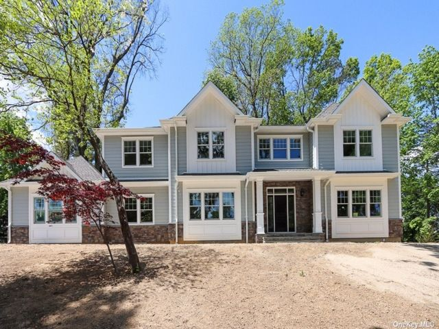 6 BR,  6.00 BTH Colonial style home in Roslyn Estates
