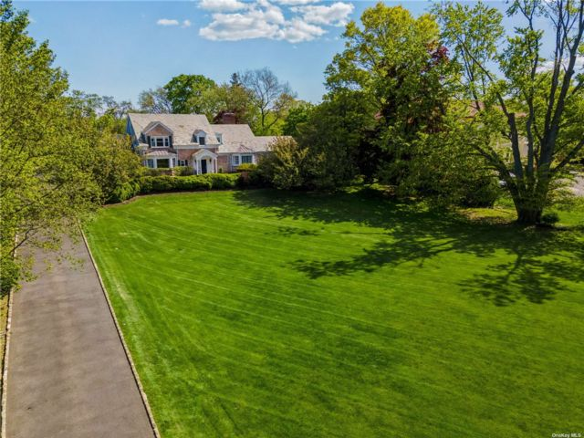 5 BR,  6.00 BTH Colonial style home in Hewlett Bay Park