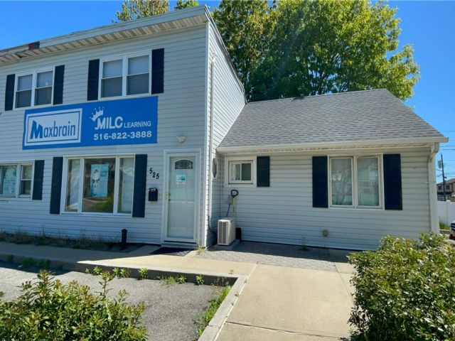 Studio,  0.00 BTH Commercial style home in Plainview