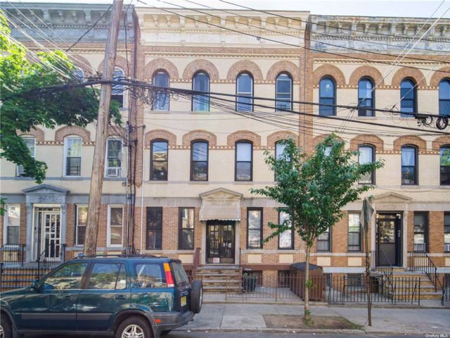 18 BR,  6.00 BTH Other style home in Ridgewood