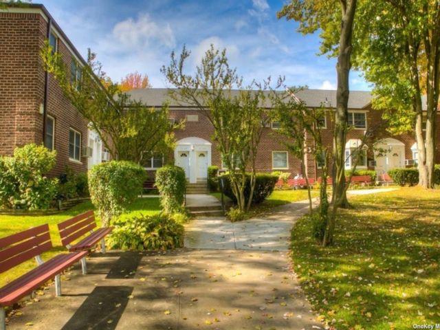 1 BR,  1.00 BTH Garden apartmen style home in Little Neck