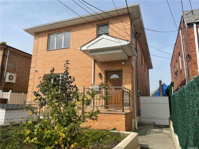 4 BR,  3.00 BTH Contemporary style home in Bayside