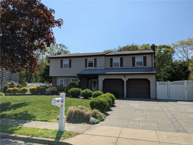 4 BR,  3.00 BTH Colonial style home in Oakdale