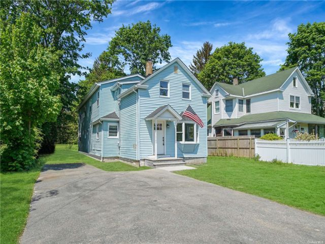 5 BR,  2.00 BTH Colonial style home in Bohemia