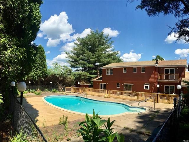 6 BR,  4.00 BTH Colonial style home in Effort