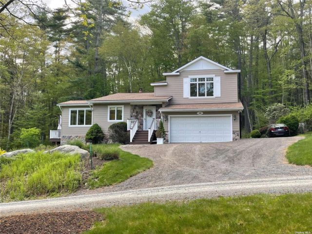 4 BR,  3.00 BTH Contemporary style home in Blooming Grove