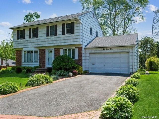 4 BR,  3.00 BTH Colonial style home in Jericho