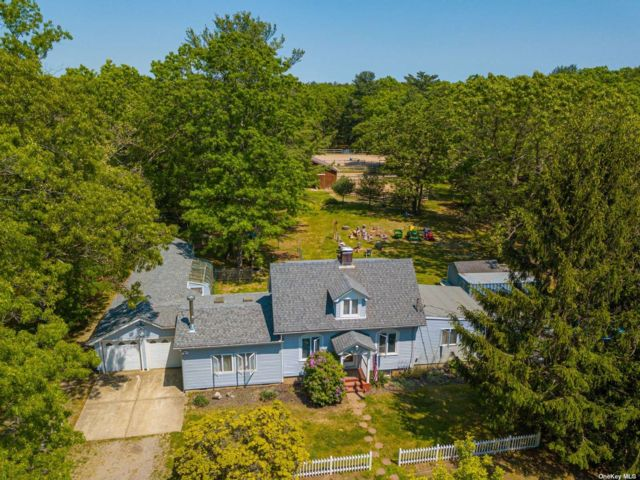 3 BR,  3.00 BTH Exp cape style home in Middle Island