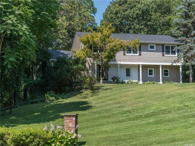 5 BR,  4.00 BTH Colonial style home in Locust Valley