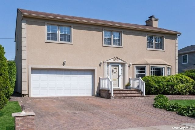 5 BR,  3.00 BTH Colonial style home in Garden City