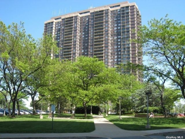 4 BR,  5.00 BTH High rise style home in Floral Park