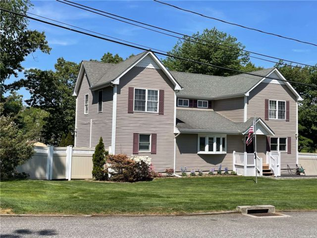 5 BR,  3.00 BTH 2 story style home in Farmingville