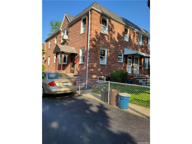 4 BR,  2.00 BTH Townhouse style home in Bayside