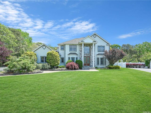 5 BR,  6.00 BTH Colonial style home in Bohemia