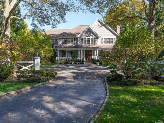 5 BR,  6.00 BTH Colonial style home in Muttontown