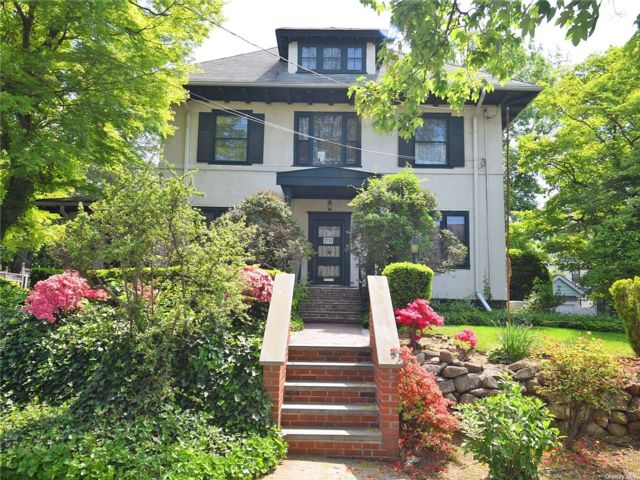 7 BR,  4.00 BTH Colonial style home in Flushing